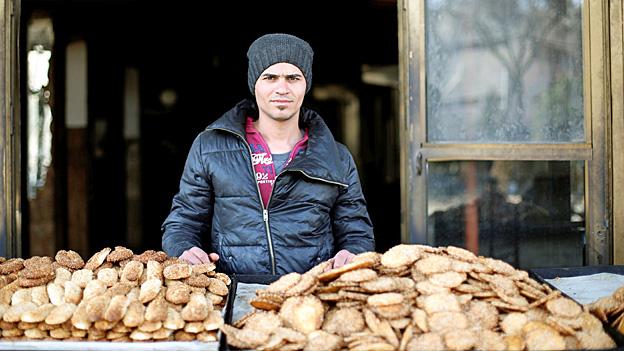Ein Stück Normalität ist in den befreiten Osten der Stadt Mossul zurückgekehrt: Ein Bäcker verkauft Gebäck.