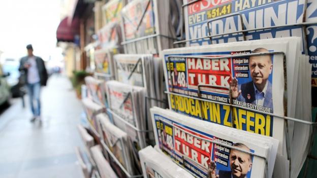 Türkische Zeitungen berichten am Tag nach der Abstimmung über das knappe Resultat.