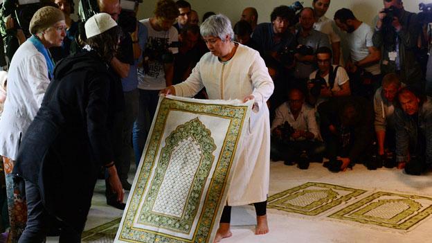 Initiatorin Seyran Ates legt sich am 16.06.2017 in Berlin zur Eröffnung einer liberalen Moschee ihren Gebetsteppich bereit.