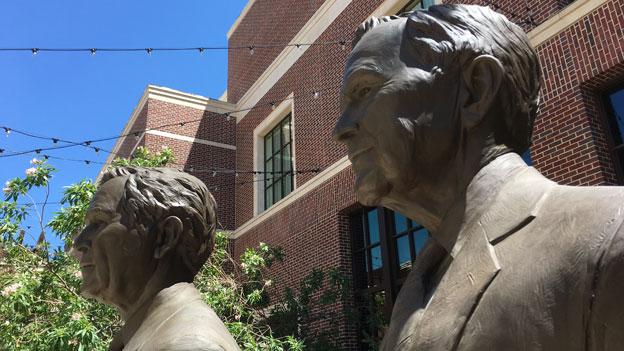 George H.W. Bush und George W. Bush haben ihre Bibliotheken in Texas errichtet – der ältere Bush in College Park, der jüngere in Dallas, wo im Innenhof diese beiden Figuren stehen. Bild: SRF. Beat Soltermann.