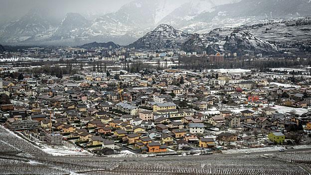 Das Dorf Bramois und die Stadt Sion im Rhonetal.