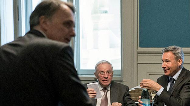 Die SVP-Nationalräte Christoph Blocher und Adrian Amstutz, rechts, beim Treffen mit BfM-Direktor Mario Gattiker.