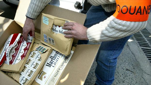 Geschmuggelte Zigaretten, bevor sie in einer Verbrennungsanlage vernichtet werden (Symbolbild).