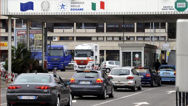 Mehr Arbeitsplätze für Menschen mit Schweizer Pass. Grenzgänger bei Ponte Tresa.