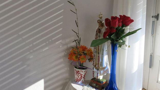 Italianità , wo man hinschaut. Im Wohnzimmer einer Bewohnerin steht die Madonnenfigur.