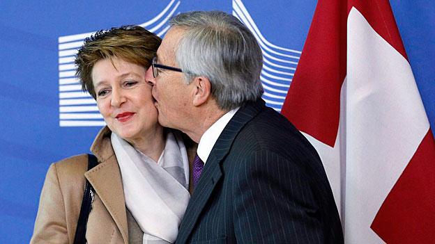 EU-Kommissionspräsident Jean-Claude Juncker heisst Bundespräsidentin Simonetta Sommaruga mit einem Kuss in Brüssel willkommen.