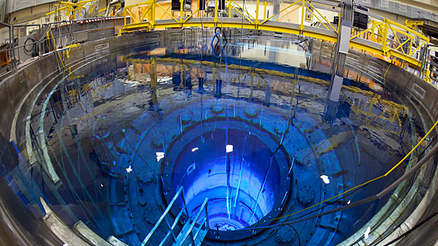 Geöffneter Reaktor-Druckbehälter des AKW Mühleberg. Die Erfahrungen aus Deutschland zeigen, dass die Kosten für den Abbruch von AKWs bisher eher zu tief angesetzt worden sind. Vor vier Jahren wurden die Berechnungen für den Rückbau Mühlebergs deshalb nach oben angepasst.