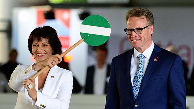 Verkehrsministerin Doris Leuthard und SBB-Chef Andreas Meyer feiern in Luzern den Countdown zu «Gottardo 2016».