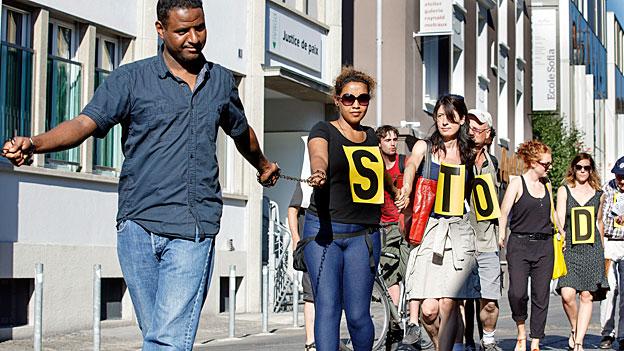 Eine Menschenkette vor der kantonalen Justizdirektion in Lausanne.