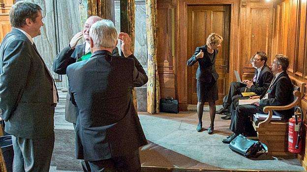Das Bundesbudget für 2016 gibt zu reden - die Finanzministerin unterhält sich im Ständeratssaal mit ihren Beratern.