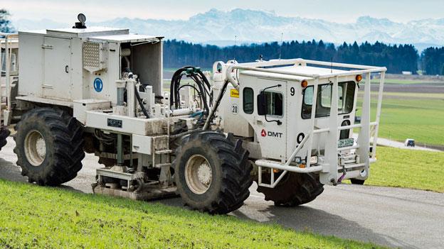 Vibrationsfahrzeuge für die 3D-seismische Messungen bewegen sich im Gebiet Zürich Nordost, in Benken, ZH. Mit diesen Messungen werden die Kenntnisse über den geologischen Untergrund vertieft.