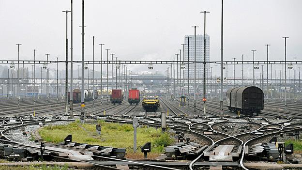 Ständig kommen neue Güterzüge am Güterbahnhof Limmattal an und müssen auf die 64 Gleise verteilt werden. Hier werden die Waggons zu neuen Zügen zusammengefügt, damit Pakete, Kies und Erdöl auch tatsächlich in Basel, Bern oder St. Gallen landen.