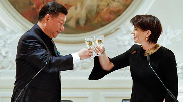 Die Hoffnung auf ein baldiges Fallen aller Handelsschranken: Der chinesische Präsident und die Schweizer Bundespräsidentin stossen darauf an.