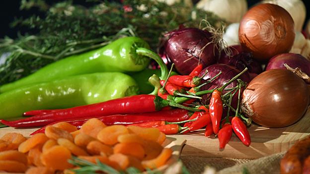 Vor allem bei Süssigkeiten und Fetten wird im Durchschnitt die vierfache Menge der empfohlenen Tagesdosis konsumiert. Bei Früchten und Gemüse ist es eher zu wenig, beim Fleisch wieder zu viel.