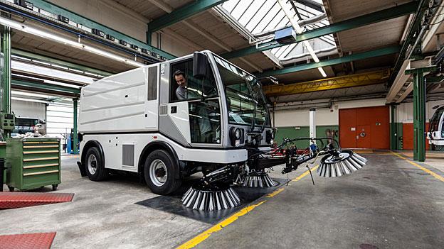 Bucher Municipal, eine Tochter von Bucher Industries, produziert Kommunalfahrzeuge zur Reinigung und Schneeräumung.
