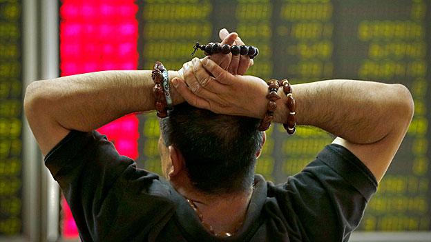 Der stete Fall der Börsenkurse in China wirkt sich auf Europa aus: Allein am Montagmorgen haben die europäischen Finanzmärkte knapp drei Prozent ihres Wertes eingebüsst.