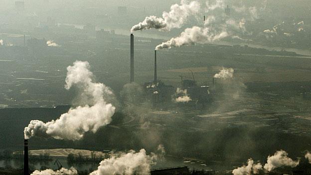 Während der WWF überzeugt ist, dass die Schweiz von der CO2-Reduktion auch wirtschaftlich profitiere, glaubt Economiesuisse, die entsprechenden Kosten seien auf die Länge unzumutbar für die Wirtschaft.