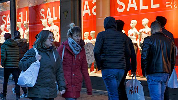 Um Kundschaft in die Läden zu holen, locken viele Detailhändler mit Rabatten: Eine fatale Abwärtsspirale. Gar manches Geschäft steuert so in den Konkurs.