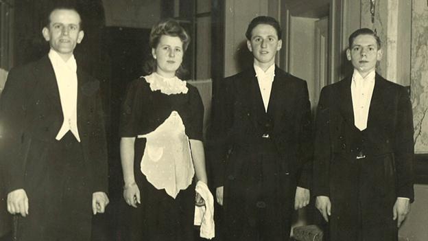 Hans Steffen (2.v.r.) während seiner Kellnerlehre im Hotel Bellevue Palace in Bern.
