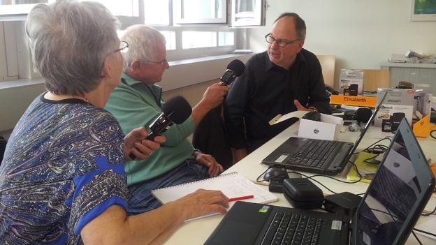 Zwei Seniorinnen und ein Senior bei einem Interview während des Basiskurses in den Räumen der Pro Senectute Berner Oberland.