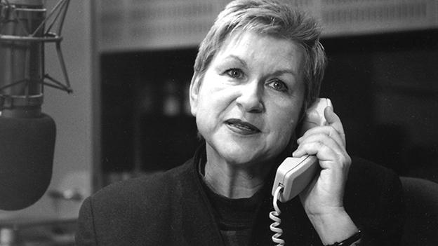 Schwarz-Weiss-Fotografie mit einer Moderatorin beim Telefonieren.