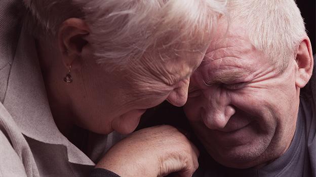 Ein altes lachendes Ehepaar.
