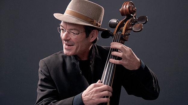 Spielt in der «Zirkussymphonie» den Bass wie eine zweite Erzählstimme: Michael Pfeuti.