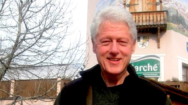 Für einmal ohne Entourage: Bill Clinton auf der Autobahnraststätte.