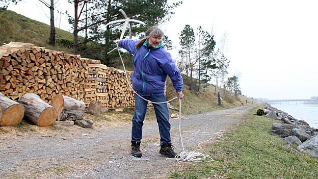 So fängt Werner Wolgensinger das Holz im Rhein.