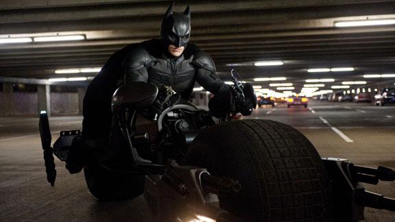 Batman (Christian Bale) auf einem seiner Hightech-Spielzeuge.