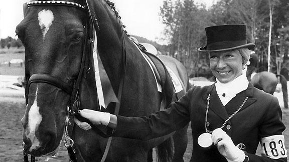 Christine Stückelberger und ihr Pferd «Granat» gewinnen an den Olympischen Sommerspielen 1976 in Montreal Gold im Dressurreiten Einzel. Das Bild wurde im Juli 1976 in Bromont bei Montreal aufgenommen.