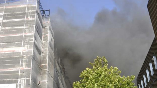 Mehr als 100 Feuerwehrleute waren bei der Bekämpfung des Brandes im Einsatz. Mehrere Gebäude wurden evakuiert.