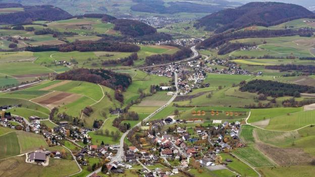 Luftaufnahmen mit Effingen, vorne, und Boezen im Oberen Fricktal.