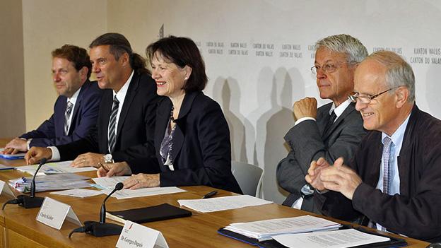 Die Walliser Staatsräte Freysinger und Waeber Kalbermatten (2. u. 3. v. l.) stellen die neuen Grundsätze vor.