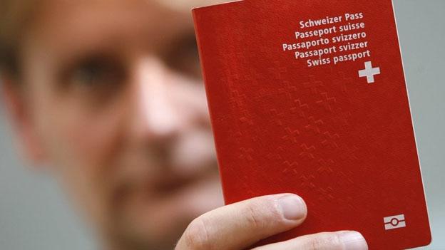 Die SVP will den Weg zum Schweizer Pass schwieriger gestalten..