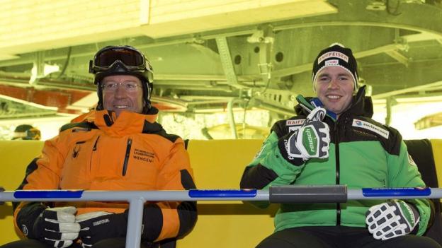 OK-Chef Urs Näpflin (rechts) 2012 mit dem damaligen Sieger Beat Feuz.
