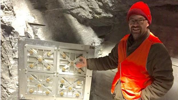 Fritz Schlunegger neben seiner Kamera im Tunnel der Jungfraubahn.