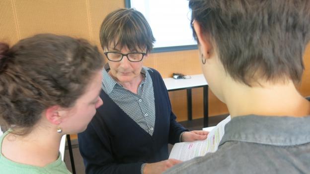 Andrea Burgener Woeffray mit Studenten.