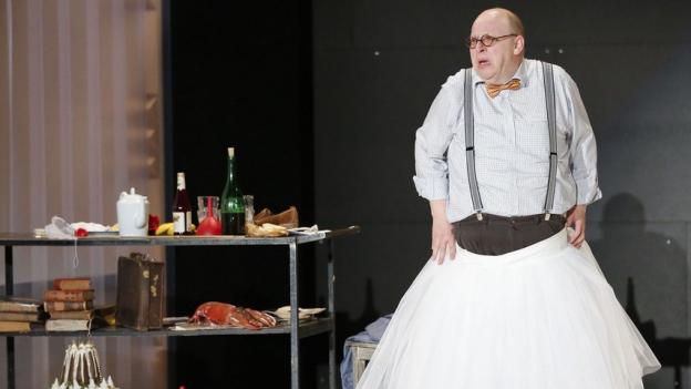 Josef Bieder (Uwe Schönbeck) muss das Publikum bei Laune halten.