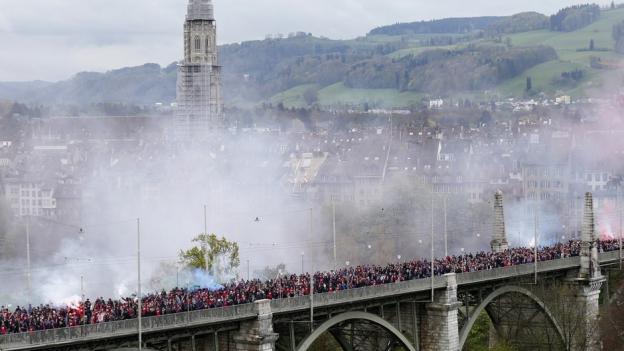 Tausende Fans laufen über die Berner Kornhausbrücke