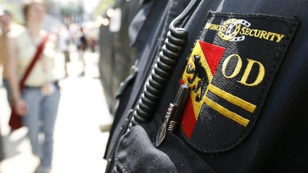Mann trägt Security-Uniform