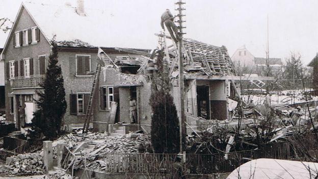 Das von Bomben getroffene Haus am Höhenweg in Binningen. Hier starben 3 Menschen.