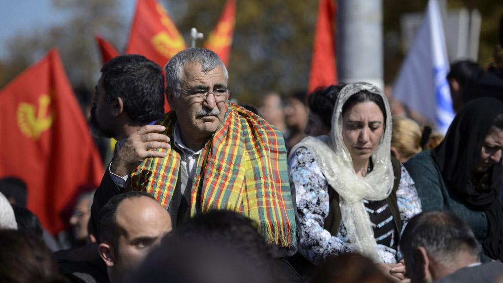 Schweizer Kurden demonstrieren gegen die Gewalt in Serien.