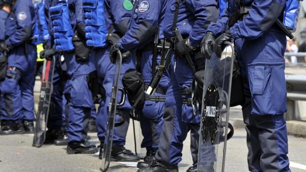 Polizisten in Bereitschaft vor einem FCB-Spiel
