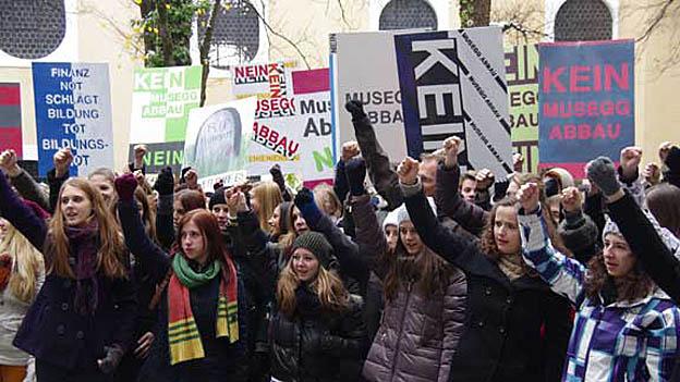 Die Schüler der Kanti Musegg demonstrierten gegen die Sparpläne der Regierung.