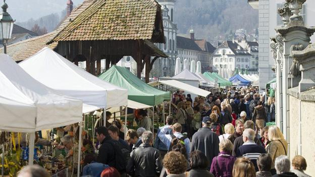 Die Standplätze am Luzerner Wochenmarkt sind begehrt.