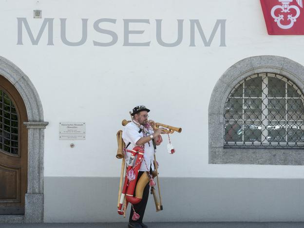 Büchelspieler vor Obwaldner Museum