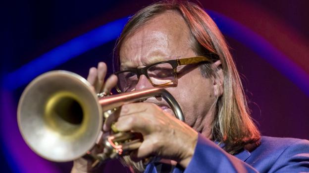 Jazz-Trompeter Peter Schärli während eines Auftritts.