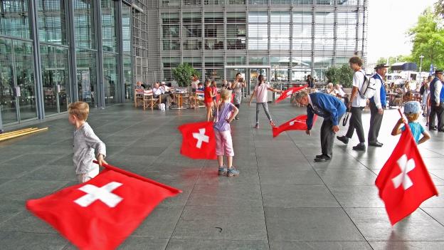 In Luzern konnten sich Kinder von erfahrenen Fahnenschwingern Tricks zeigen lassen.