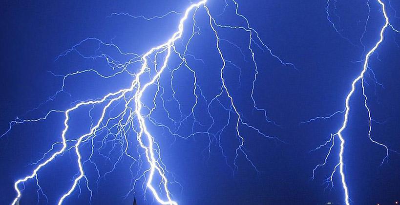 Der Blitz traf den Mann. Er musste reanimiert werden.